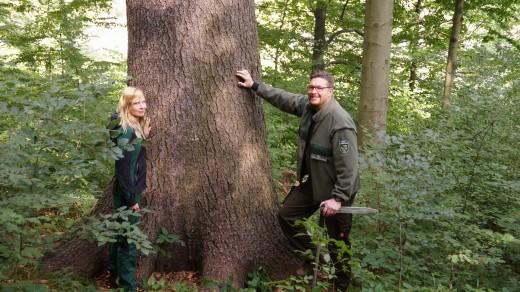 Forstreferendarin Beke Müller, Sachbearbeiter Holzlogistik Emanuel Grabinski (Foto: STAATSBETRIEB SACHSENFORST)
