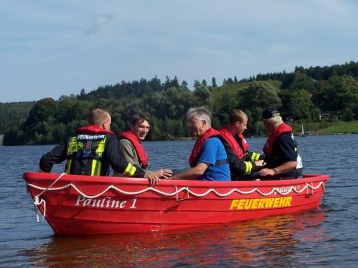 Oberbürgermeister Ralf Kerndt und Stadtrat Klaus Walter gehörten zu den ersten Fahrgästen des neuen Rettungsbootes