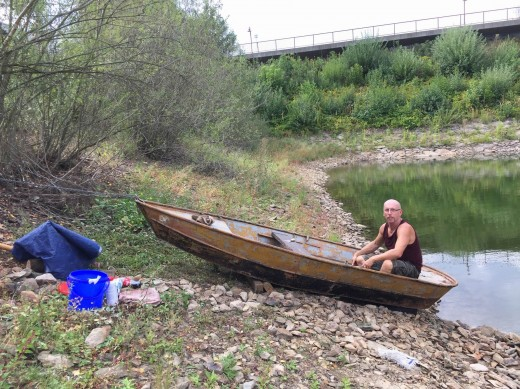 Angelwart Andreas Welz bei der Restaurierung des Ruderbootes für Angler
