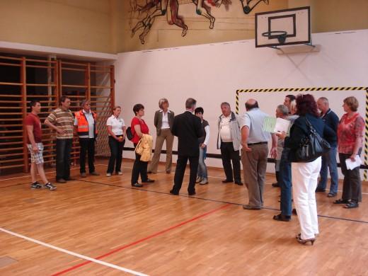 Erläuterungen der Schulleitung in der unfallträchtigen, engen und maroden Turnhalle