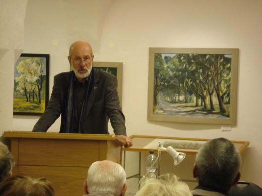 Dietrich Papsch begrüßt seine gut 30 Gäste in der Osterzgebirgsgalerie