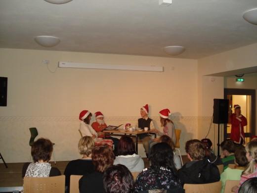 es wurden lustige Sketche rund um den Weihnachtsmann und seine große Familie gezeigt...