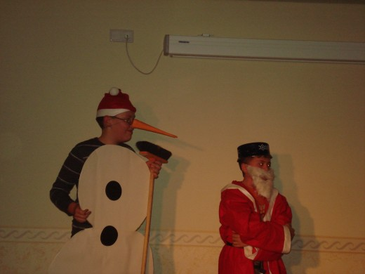 """... rundeten die kurzweilige Stunde in der """"neuen"""" Alten Pforte genauso ab wie das lustige Aufeinandertreffen von Weihnachtsmann und Schneemannn"""