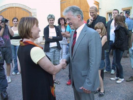 Kerstin Körner (links) gratuliert Ralf Kerndt zum Wahlsieg