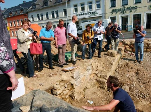 Medienvertreter an der Grabungsstätte