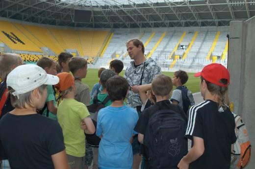Bei der Führung durch das Dresdner Rudolf-Harbig-Stadion erfuhren die kleinen Kicker aus Dippoldiswalde, Schmiedeberg und Pretzschendorf auch viele interessante Dinge über ihre Vorbilder von Dynamo Dresden. Foto: ENSO