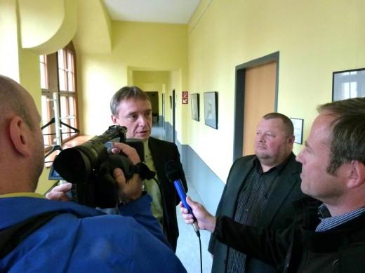 Uwe Glöß mit seinem Anwalt, der Fragen von FRM beantwortet.