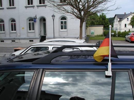 Verkehrsinformation: Fahne am Auto