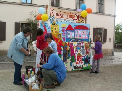 Kinder malen ihre Stadt